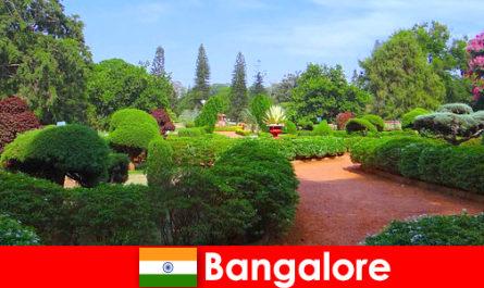 방갈로르의 휴가 여행자는 부드러운 아름다운 공원과 정원을 좋아합니다.