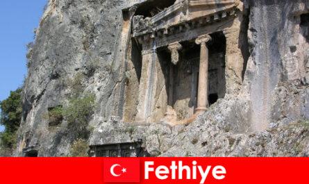 많은 기념물과 바다에 의해 고대 도시 페티예