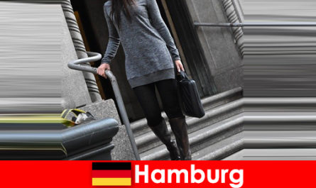 함부르크의 우아한 숙녀는 독점적 인 신중한 에스코트 서비스를 갖춘 여행자를 애지중지합니다.