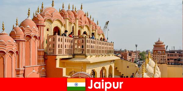 인도의 자이푸르에서 인상적인 궁전과 최신 패션은 관광객을 찾을 수