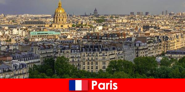 관광객들은 파리 도심을 전시회와 미술관으로 좋아합니다.