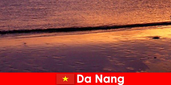 다낭은 베트남 중부의 해안 마을이며 모래 해변으로 인기가 있습니다.