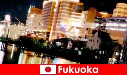 후쿠오카 수많은 나이트클럽, 나이트클럽, 레스토랑은 휴가를 즐기는 사람들에게 최고의 만남의 장소입니다.