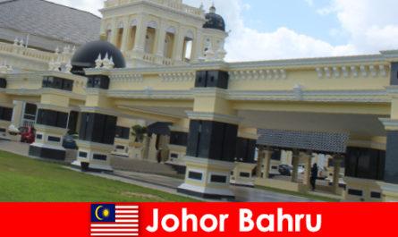항구의 조호르 바루 (Johor Bahru)는 오래된 모스크뿐만 아니라 관광객을 찾는다.