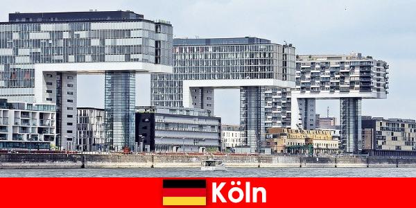 쾰른의 인상적인 고층 건물은 낯선 사람에게 놀라움을 선사합니다.