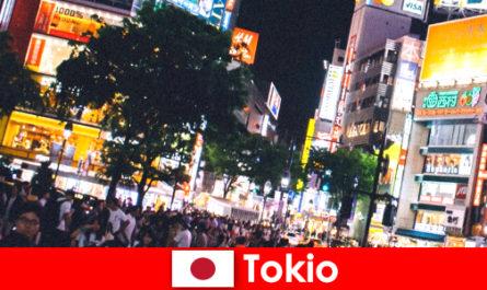 깜박이는 네온 빛의 도시에서 휴가를 즐기는 사람들에게 완벽한 나이트 라이프 도쿄