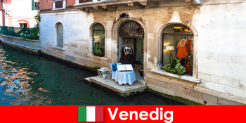 이탈리아 베니스의 구시가지에서 쇼핑 관광객을위한 순수한 여행 경험