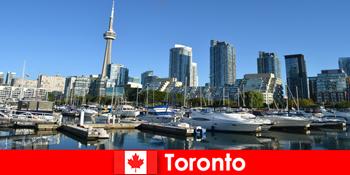 캐나다의 토론토는 도시 관광객들에게 매우 인기있는 바다의 현대적인 대도시입니다.