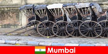 인도 뭄바이에서 여행객을 위한 전체 거리를 가로지르는 인력거 타기 를 제공합니다.