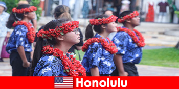 외국 손님들은 호놀룰루 미국 지역 주민들과 문화 교류를 좋아합니다.