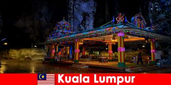 쿠알라룸푸르 말레이시아는 여행객들이 고대 석회암 동굴에 대한 깊은 통찰력을 얻을 수 있습니다.