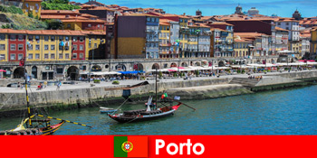매력적인 바와 현지 레스토랑으로 포르투 포르투갈을 방문하는 방문객을 위한 도시 휴식