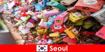 낯선 사람이 한국의 트렌디한 거리로 들어가는 여정