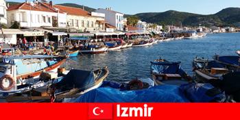 이즈미르 터키의 도시와 해변 사이를 오가는 활동적인 여행객