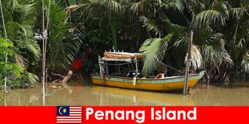 말레이시아 페낭 섬 정글을 통과하는 등산객을 위한 장거리 여행