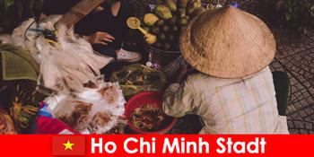 베트남 호치민시의 다양한 노점을 체험하는 외국인