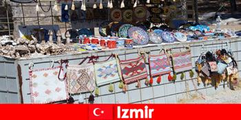 이즈미르 터키 의 바자 지구에서 낯선 사람들을위한 산책 경험