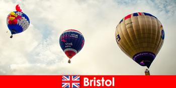 브리스톨 잉글랜드를 통해 풍선 놀이기구에 대한 용감한 관광객을위한 휴일