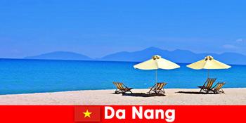 다낭 베트남의 푸른 해변에서 패키지 관광객들이 휴식을 취합니다.