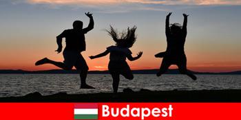 부다페스트 헝가리 젊은 파티 관광객 에 대 한 음악과 바 및 클럽에서 저렴 한 음료