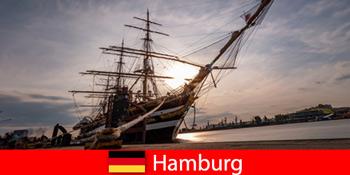 독일, 함부르크 항구에서 여행 미식가를 위한 수산 시장으로 내려갑니다.