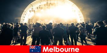 매년 멜버른에서 열리는 무료 야외 콘서트에 참석하는 낯선 사람