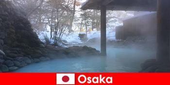 오사카 재팬은 온천에서 목욕하는 스파 손님을 제공합니다.