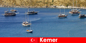 사랑에 커플과 가족을위한 케머 터키에서 보트로 모험 여행