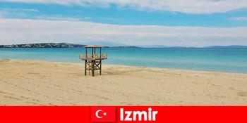 이즈미르 터키의 해변에 매료된 편안한 휴가여행자