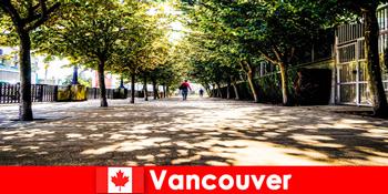 캐나다 밴쿠버의 도시 가이드는 현지 코너에서 해외 휴가를 즐기는 여행객들과 동행합니다.