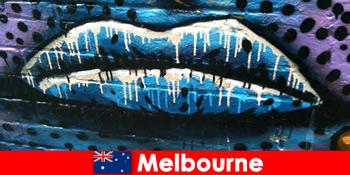 멜버른 오스트레일리아의 세계적으로 유명한 거리 예술을 감상하는 여행객
